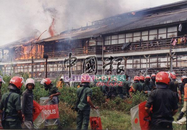 难民还引火焚烧难民营。