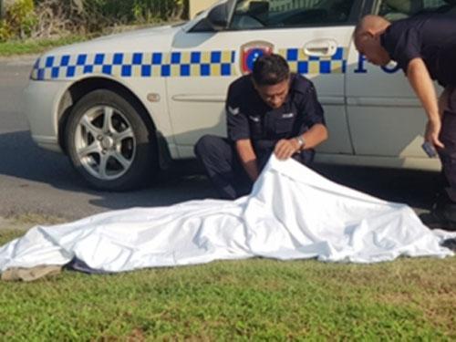 警员在查看死者的遗体。