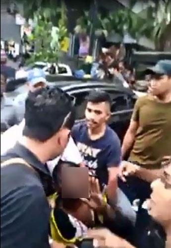 匪徒被民众逮捕后,跪地求饶,希望事主原谅。