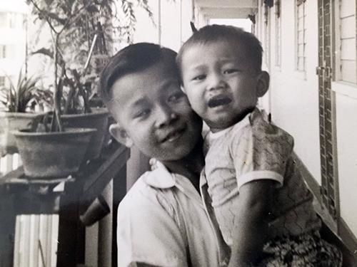 伍海瑟说,失散的四哥小时候和二哥(右者)长得很像。(受访者提供)