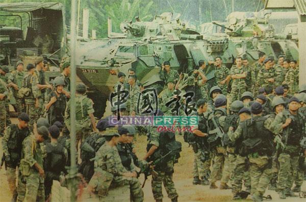 整装待发的军警候命剿匪,令气氛非常紧张。