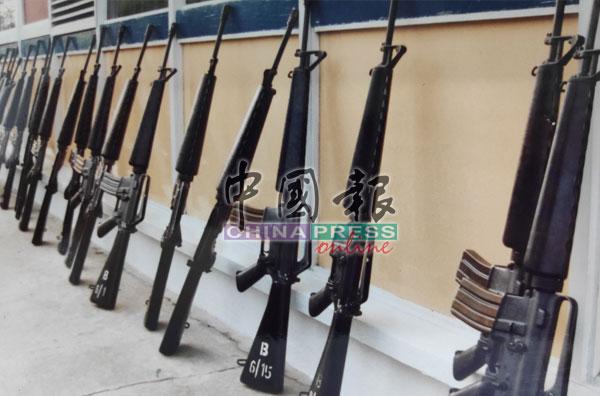 伪军冒险闯入2个军营,骗走百多枝M-16步枪。