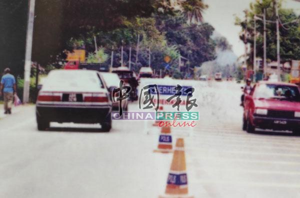 案发后,警方在多个地区设路障检查路过车辆。