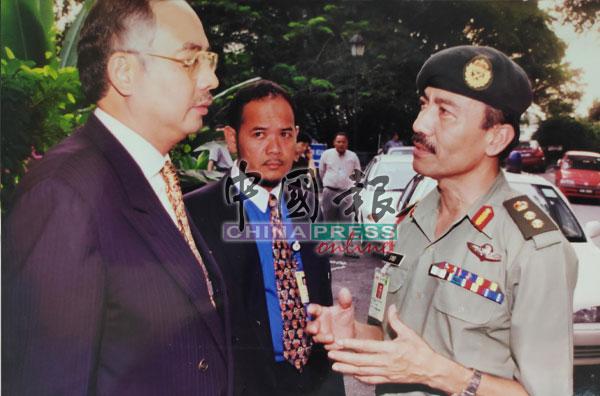 纳吉与一名军官交换意见,以探讨可能采取的策略。