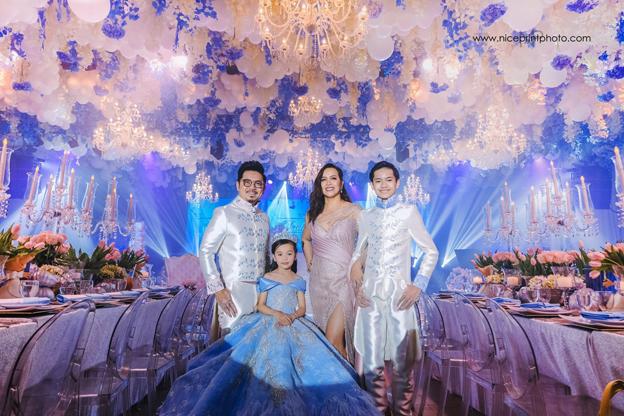 Isabella(左2)与盛装出席生日会的父母与哥哥。(取自Nice Print Photography & Exige Weddings 面子书)