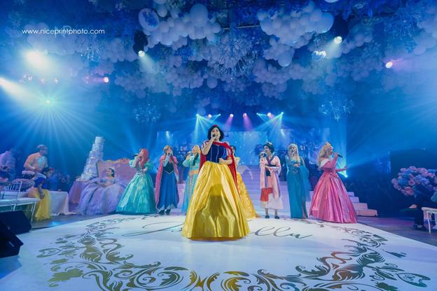 表演嘉宾也以公主的装扮,为寿星女庆祝。(取自Nice Print Photography & Exige Weddings 面子书)