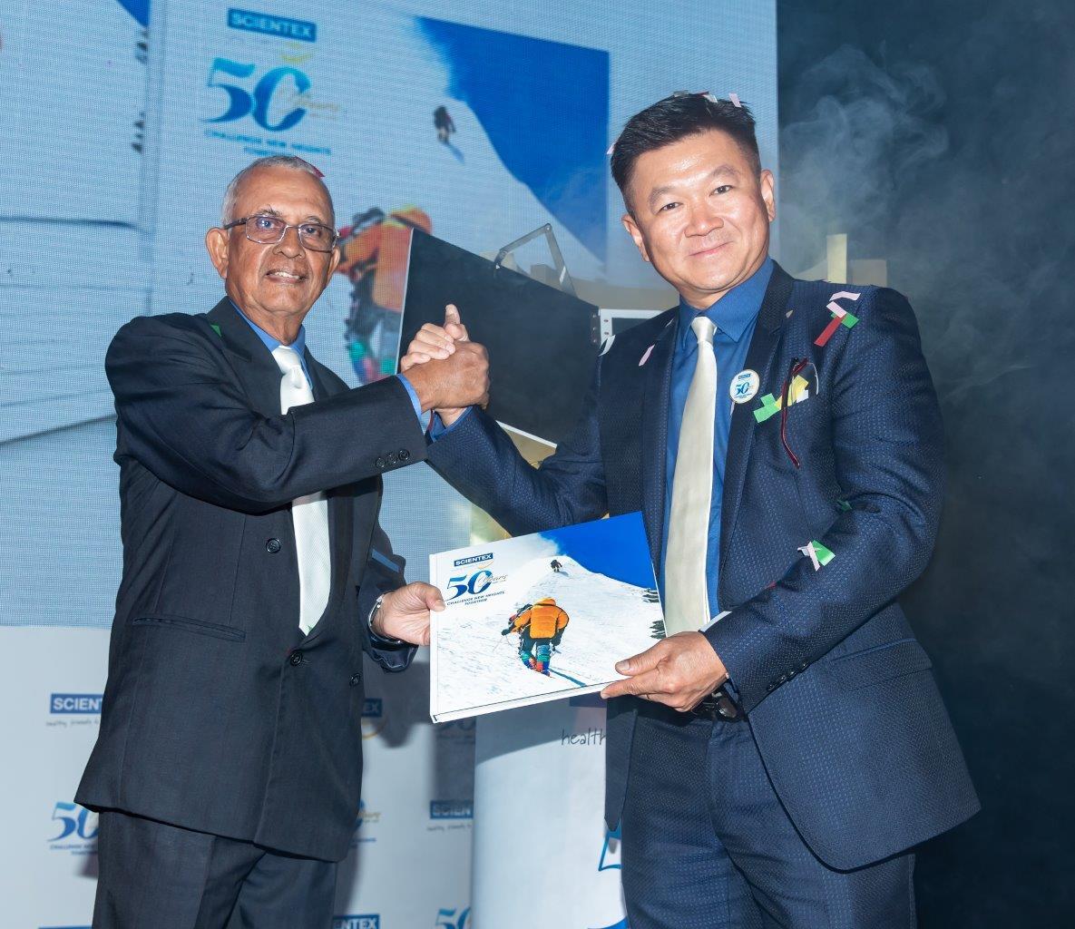 50年来一路走来不易,森德配合50周年庆推出《并肩挑战新高峰》记载该公司的过去与未来展望,右起为林炳仁及莫哈末斯里夫。