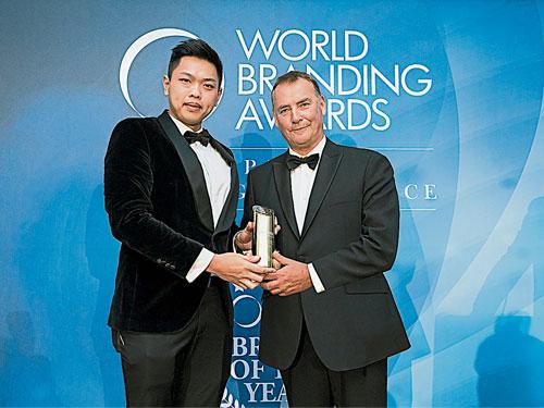 陈冠桂(左)接受世界品牌论坛颁发的2018年世界品牌大奖。