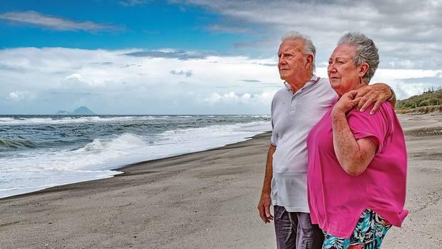 赫特钓鱼时发现男婴在海上漂浮;右为其妻子舒尔。(BBC)