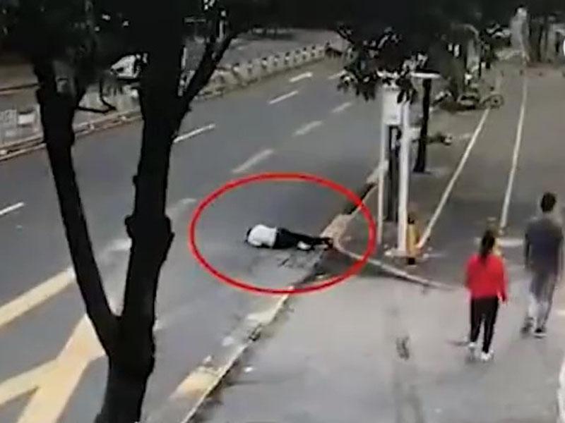深圳一名邓姓男子疑因醉倒在马路转弯位上。