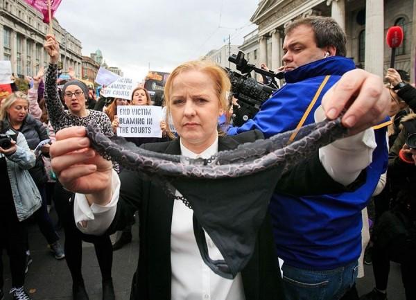 爱尔兰国会议员露丝,在参加抗议行动时对镜头展示一件蕾丝内裤。