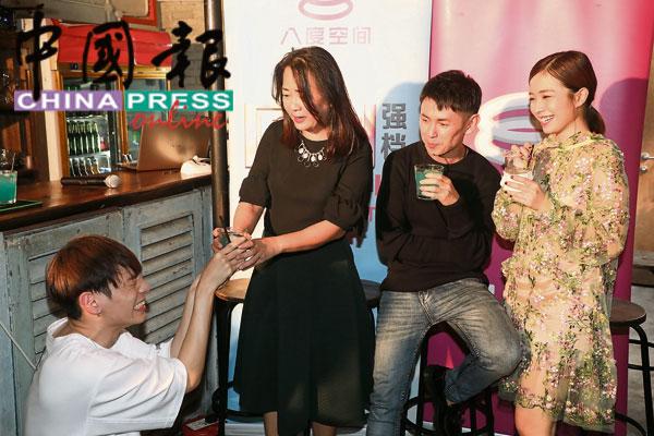 张熙恩(左起)误会林奕廷、庄可比等人的用心,向媒体'投诉'被前辈霸凌,让他遭众人围攻,他马上向奕廷姐下跪谢罪,并趁机要向她拜师学艺!