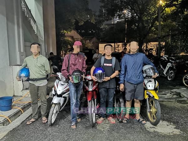 4名少年与他们的摩哆一同被带返警局扣查。