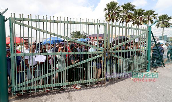 姗姗来迟的民众不得其门而入,纷纷被挡在门外,引起民众不满和一阵鼓噪。
