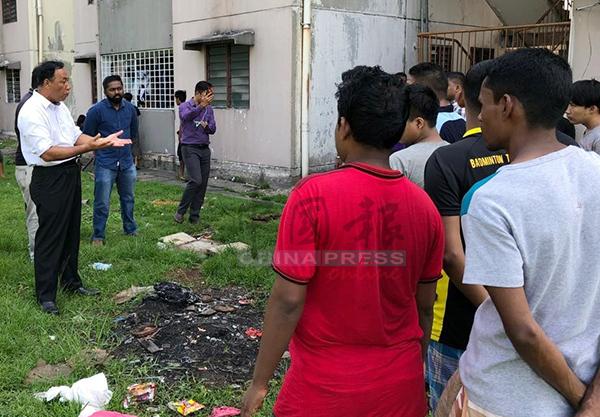 莫哈末亞希(左)看到組屋環境髒亂後,當場向住在當地的外勞訓話。