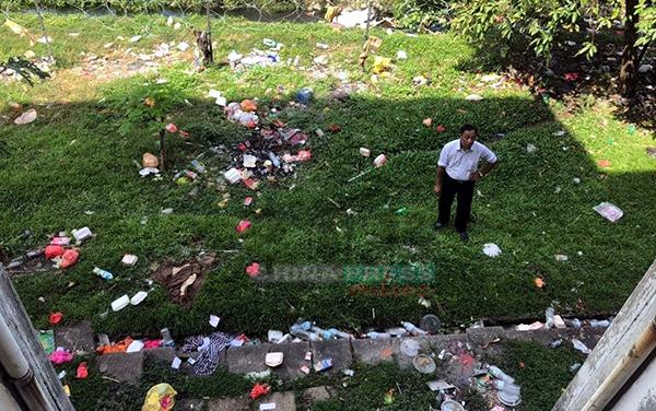 從組屋樓上往下拍攝,莫哈末亞希彷彿站在垃圾堆中央,可見許多外勞是高空拋垃圾。