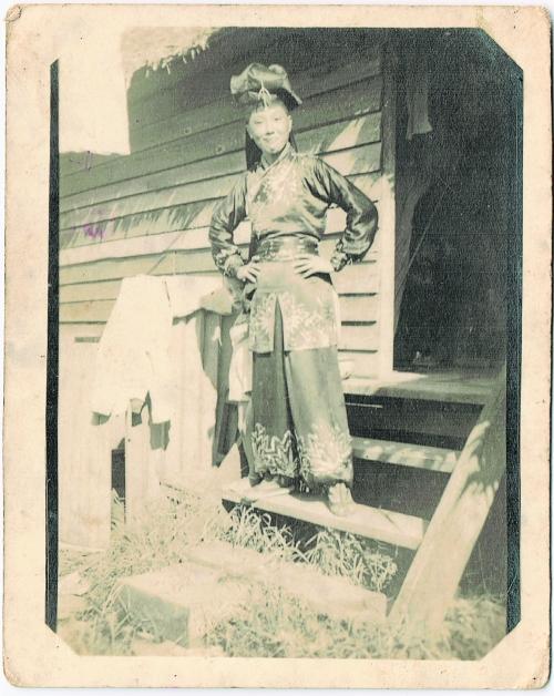 在那只能把黑白定格的年代,这张相片拍出吴慧玲外婆杨大妹出演小生的英姿,为她家族后代留住记忆,也给大时代留下文化烙印。