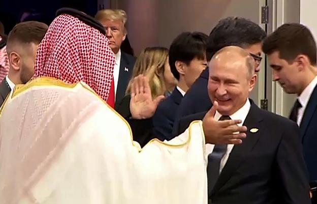 普汀(右)满脸笑容和沙地王储击掌,宛如许久未见的好友。