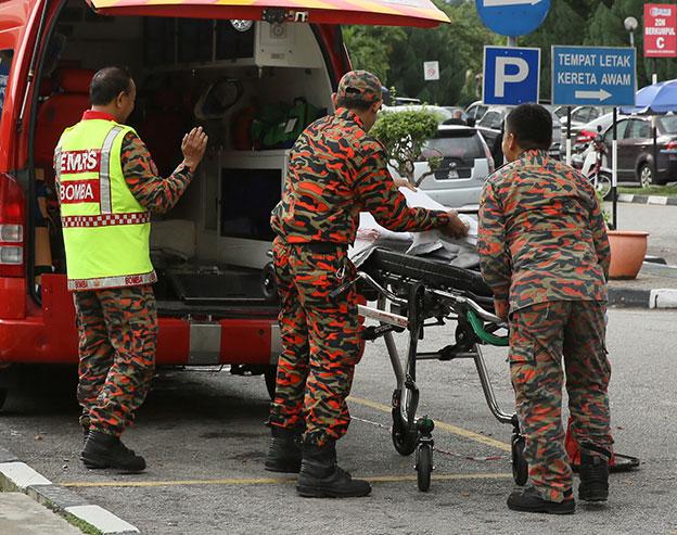 消拯人員協助將傷者移下車,准備送入急診室。