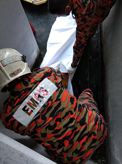 中年华妇不知何故坠楼后,因卧尸在全封闭设计的天井,毙命至少3天以上,至尸体发出臭味后才被揭发。