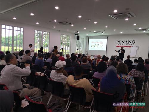 槟城研究院主办祖纳漫画展,吸引不少民众前来。