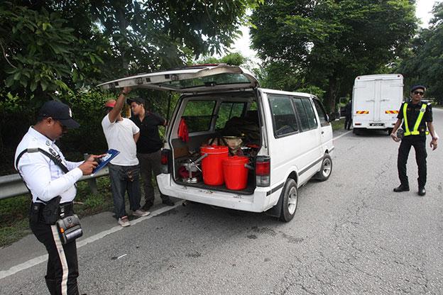 警方截停可疑车辆,检查是否携带违禁品。