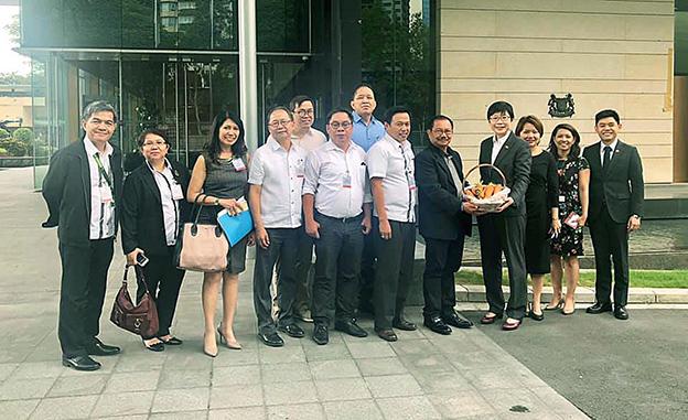 菲律宾农业部长曼尼皮尼带领会谈小组,亲赴新加坡驻菲大使馆。