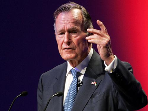 美国前总统老布什在周五逝世。图为他在2006年在阿联酋的世界领导人峰会上演讲的样子。