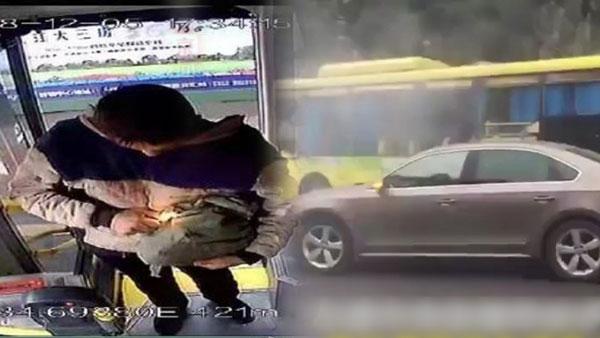 四川乐山一辆巴士爆炸,网上广传的照片显示,一男子在登车时用打火机点燃手中一袋物品。