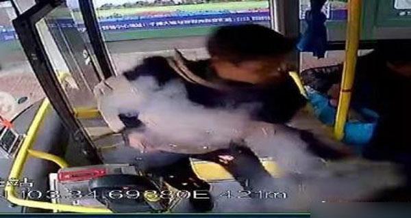 点火后男子将冒烟物品扔入车厢。
