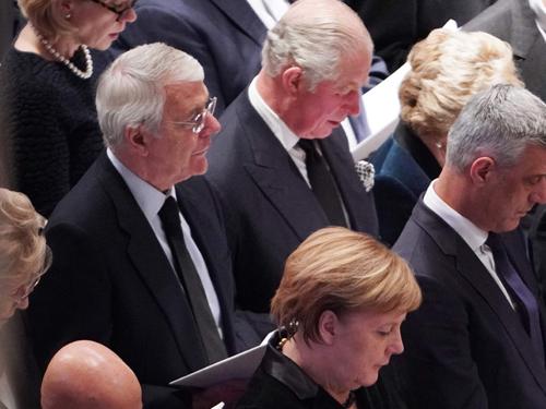 出席丧礼的外宾包括英国前首相约翰·梅杰(中排左)、英国王储查理斯(中排左2)和德国总理默克尔(前排中)。