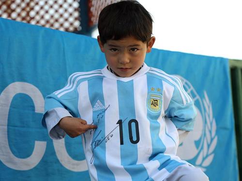 穆塔扎身穿的球衣是足球巨星梅西送给他的礼物。