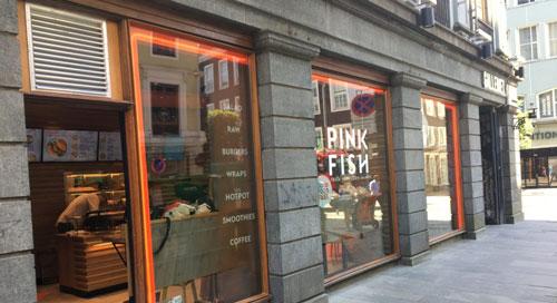 Pink Fish实体快餐店的设计采简洁风格,色彩鲜明,特别吸引年轻人的眼球。