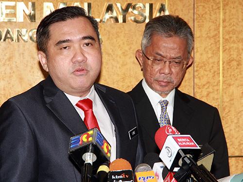 陆兆福(左起)和交通部副部长拿督卡马鲁丁召开记者会。