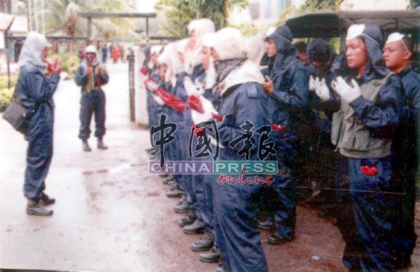 当局派出军队到养猪场进行毁猪行动。
