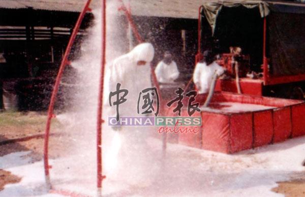工作人员接受消毒,避免被感染。