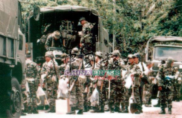 军人荷枪实弹,展开毁猪行动。