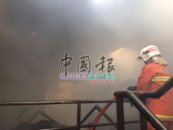 消拯员到场时,事发店铺已烧毁40%,烟雾迷漫,可见度低。