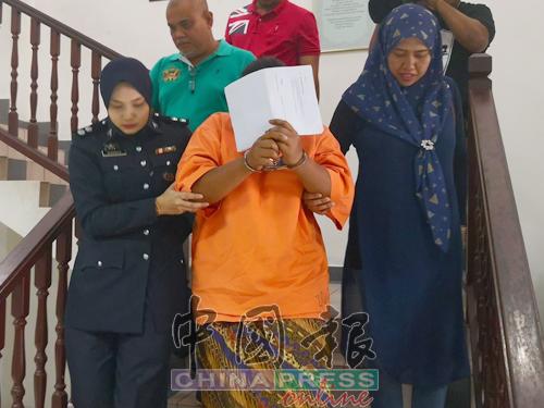 女警员将被告带离法庭。