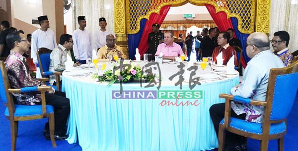 柔州苏丹依布拉欣(左4)与苏来曼(左起)、山达拉、拉马克里斯南等出席茶会。