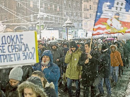数以千计群众周六冒着大雪上街示威,抗议政府打压反对党派和传媒。(美联社)