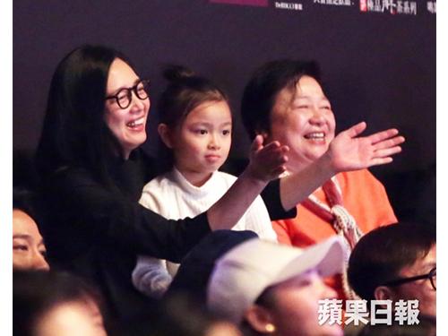 华嫂朱丽倩与女儿刘向蕙看的很投入。