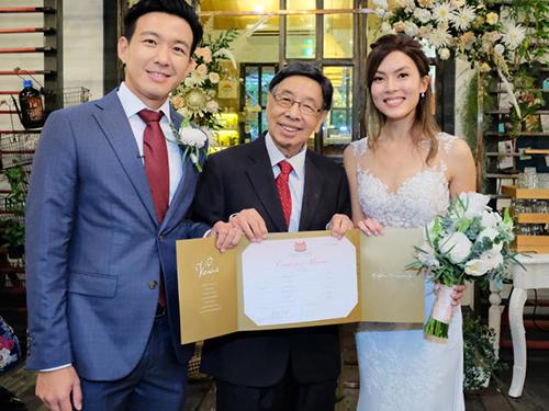 著名儿科医生何乃强(中)为曾经照顾过的早产儿白若薇(右)主持证婚仪式。