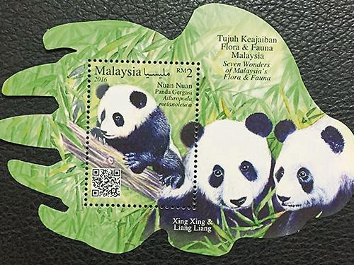 """配合""""暖暖""""出世1周年,国家动物园推出7大稀奇动物和植物邮票,吸引爱好者抢购。"""