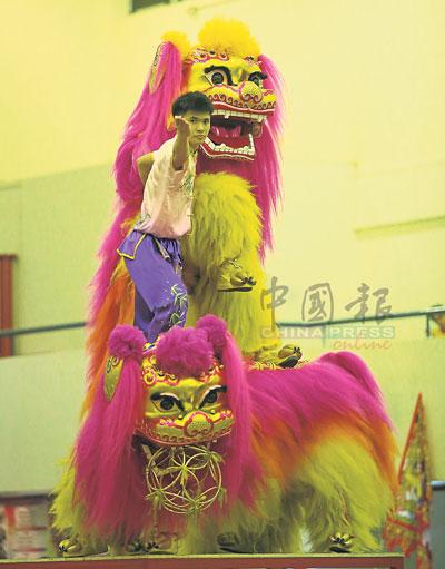 柔佛州武术龙狮总会的江加蒲来南华武术龙狮团,在北狮组别中展示十足默契与精湛演出,拿下冠军。