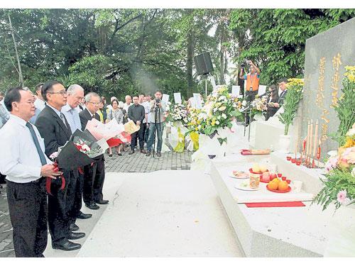 刘志文(左2)率领陪祭者献花给林连玉,左起为陈大锦、陈凯希及杜乾焕。