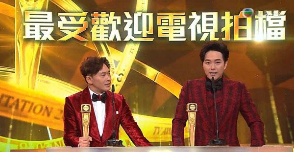 萧正楠(左)与曹永廉(右)赢得最受欢迎电视拍档时,前者惊喜宣布婚讯。