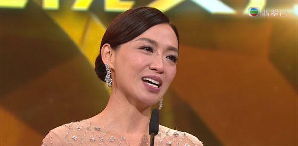 最受欢迎电视女角色得主陈炜感谢TVB在自己人生最低谷的时候,跟她签下一纸合约。