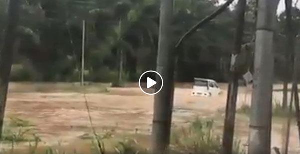 水灾现场水势汹涌,一辆第二国产车可娜里被洪水冲走。