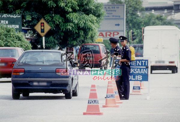 警方在路口设路障,检查所有来往甘榜美丹花园的车辆。